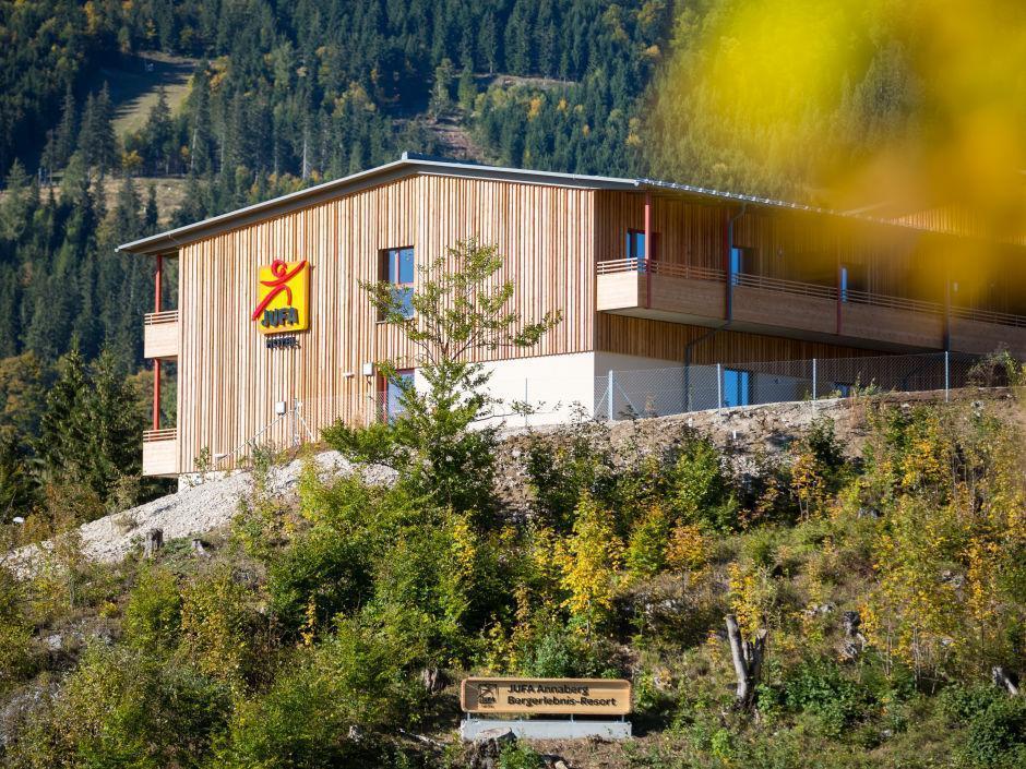 Aussenansicht im Sommer vom JUFA Hotel Annaberg - Bergerlebnis-Resort. Der Ort für erholsamen Familienurlaub und einen unvergesslichen Winter- und Wanderurlaub.