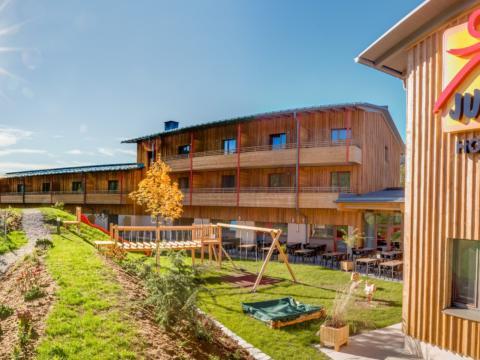 Aussenansicht vom JUFA Hotel Annaberg - Bergerlebnis-Resort im Sommer. Der Ort für erholsamen Familienurlaub und einen unvergesslichen Winter- und Wanderurlaub.