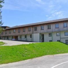 Aussenansicht im Sommer vom JUFA Hotel Bad Aussee. Der Ort für erholsamen Familienurlaub und einen unvergesslichen Winter- und Wanderurlaub.