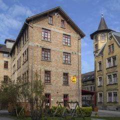 Aussenansicht mit Spielplatz im Sommervom JUFA Hotel Bregenz am Bodensee. Der Ort für tollen Sommerurlaub an schönen Seen für die ganze Familie.