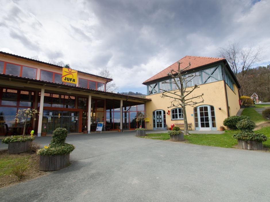 Aussenansicht vom JUFA Hotel Deutschlandsberg - Sport-Resort. Der Ort für erfolgreiches Training in ungezwungener Atmosphäre für Vereine und Teams.