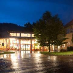 Aussenansicht mit Eingang bei Abendstimmung vom JUFA Hotel Deutschlandsberg - Sport-Resort. Der Ort für erfolgreiches Training in ungezwungener Atmosphäre für Vereine und Teams.