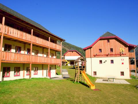 Aussenansicht vom JUFA Hotel Donnersbachwald - Almerlebnis. Der Ort für erholsamen Familienurlaub und einen unvergesslichen Winter- und Wanderurlaub.