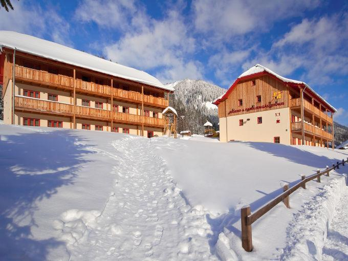 Aussenansicht vom JUFA Hotel Donnersbachwald - Almerlebnis im Winter. Der Ort für erholsamen Familienurlaub und einen unvergesslichen Winter- und Wanderurlaub.