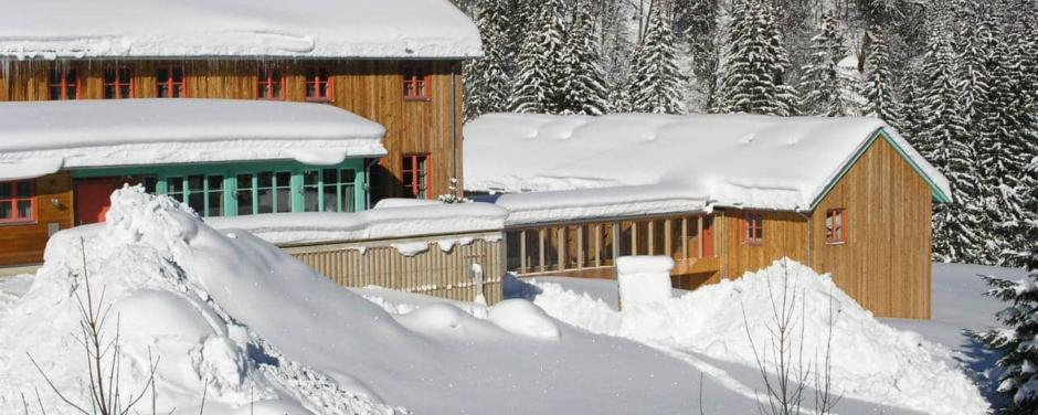 Hotelansicht im Winter vom JUFA Hotel Eisenerz Almerlebnis. Der Ort für erholsamen Familienurlaub und einen unvergesslichen Winter- und Wanderurlaub.