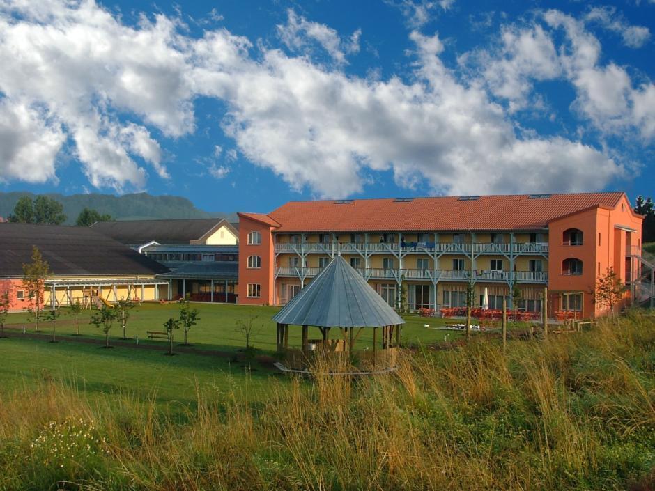 Aussenansicht im Sommer vom JUFA Hotel Gnas - Sport-Resort. Der Ort für erfolgreiches Training in ungezwungener Atmosphäre für Vereine und Teams.