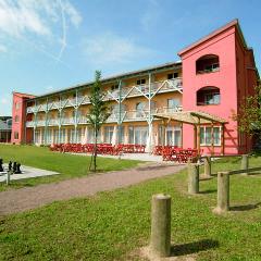Aussenansicht mit Terrasse im Sommer vom JUFA Hotel Gnas - Sport-Resort. Der Ort für erfolgreiches Training in ungezwungener Atmosphäre für Vereine und Teams.
