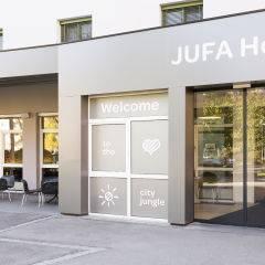 Aussenansicht mit Eingang und Terrasse vom JUFA Hotel Graz City. Der Ort für erlebnisreichen Städtetrip für die ganze Familie und der ideale Platz für Ihr Seminar.