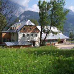 Aussenansicht vom JUFA Hotel Grundlsee im Sommer. Der Ort für tollen Sommerurlaub an schönen Seen für die ganze Familie.