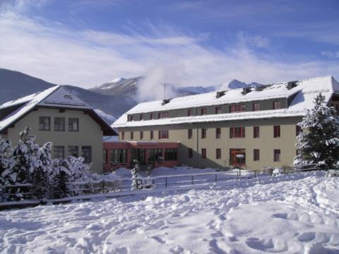 Hotelansicht im Winter vom JUFA Hotel Lungau. Der Ort für erholsamen Familienurlaub und einen unvergesslichen Winter- und Wanderurlaub.