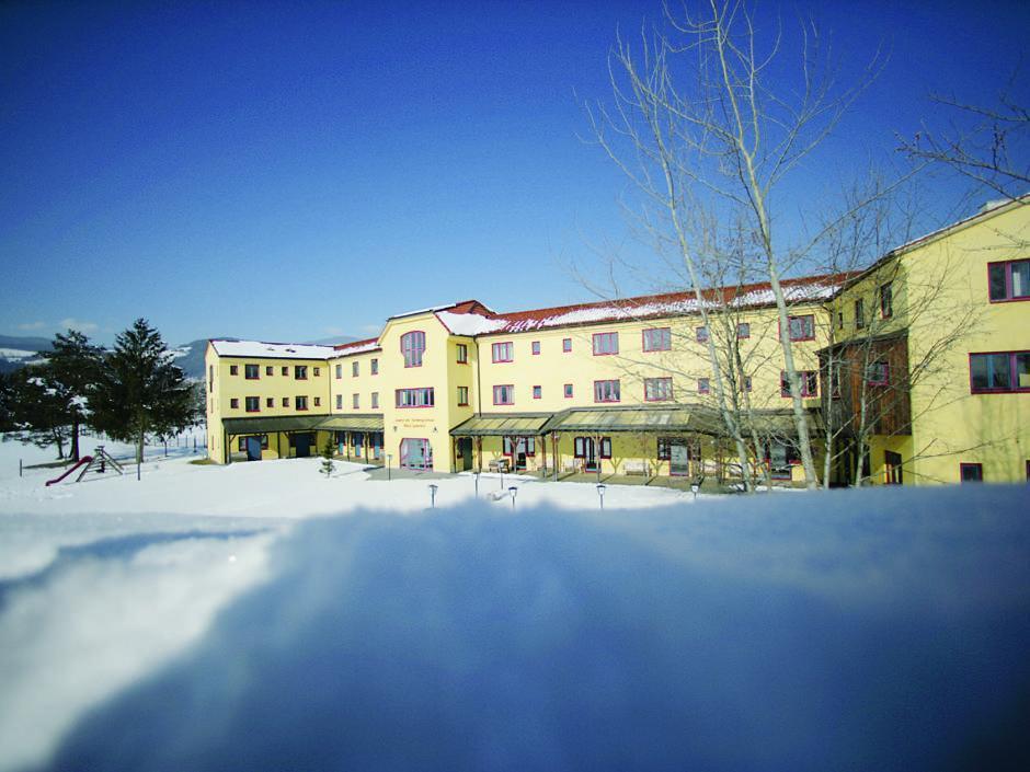 Aussenansicht im Winter vom JUFA Hotel Maria Lankowitz. Der Ort für tollen Uurlaub an schönen Seen für die ganze Familie.