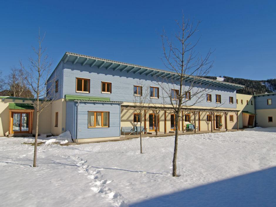 Aussenansicht im Winter vom JUFA Hotel Mariazell Erlaufsee Sport-Resort. Der Ort für erfolgreiches Training in ungezwungener Atmosphäre für Vereine und Teams.