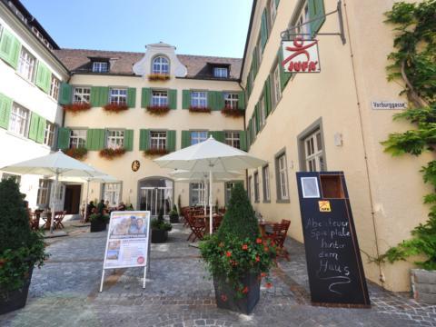 Aussenansicht mit Terrasse und Eingang im Sommer vom JUFA Hotel Meersburg. Der Ort für tollen Sommerurlaub an schönen Seen für die ganze Familie.