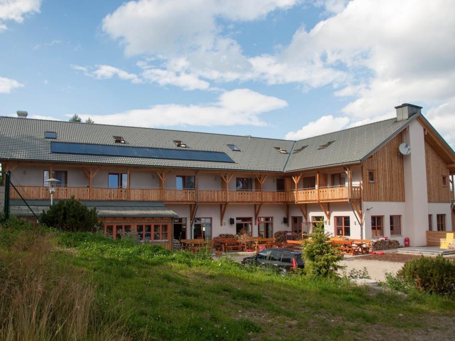 Aussenansicht im Sommer vom JUFA Hotel Nockberge Almerlebnis. Der Ort für erholsamen Familienurlaub und einen unvergesslichen Winter- und Wanderurlaub.