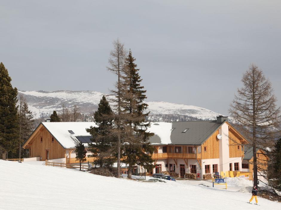 Aussenansicht im Winter vom JUFA Hotel Nockberge Almerlebnis. Der Ort für erholsamen Familienurlaub und einen unvergesslichen Winter- und Wanderurlaub.