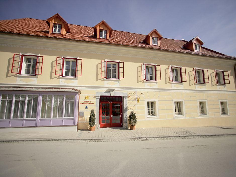 Aussenansicht vom Eingang im Sommer vom JUFA Hotel Oberwölz. Der Ort für erholsamen Familienurlaub und einen unvergesslichen Winter- und Wanderurlaub.