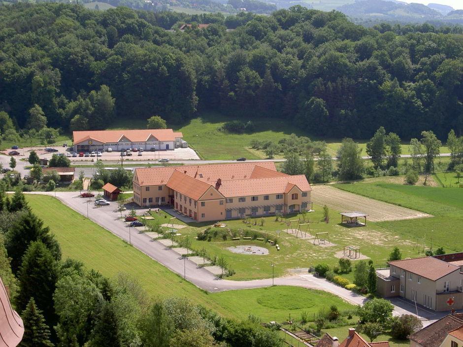 Aussenansicht vom JUFA Hotel Poellau - Bio-Landerlebnis. Der Ort für erlebnisreichen Natururlaub für die ganze Familie.