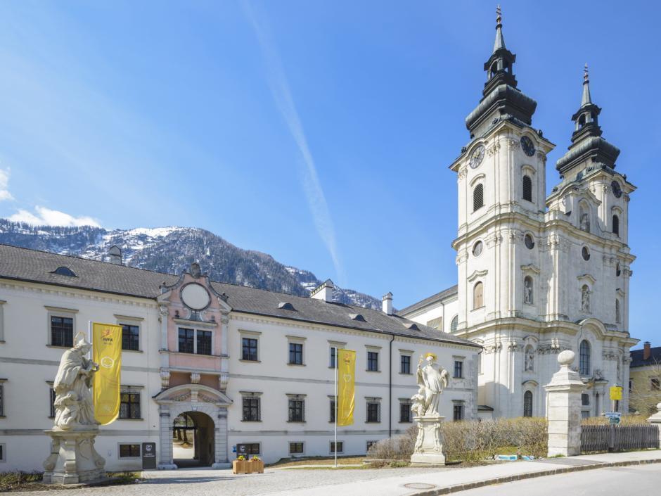 Hotelansicht mit Stiftstürmen im Sommer vom JUFA Hotel Pyhrn-Priel. Der Ort für erfolgreiche und kreative Seminare in abwechslungsreichen Regionen.