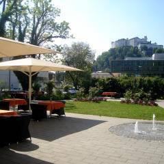 Aussensicht mit Blick auf die Festung Hohen Salzburg vom JUFA Hotel Salzburg City. Der Ort für erlebnisreichen Städtetrip für die ganze Familie und der ideale Platz für Ihr Seminar.