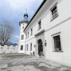 Aussenansicht mit Eingang vom JUFA Hotel Schloss Röthelstein. Der Ort für märchenhafte Hochzeiten und erfolgreiche und kreative Seminare.