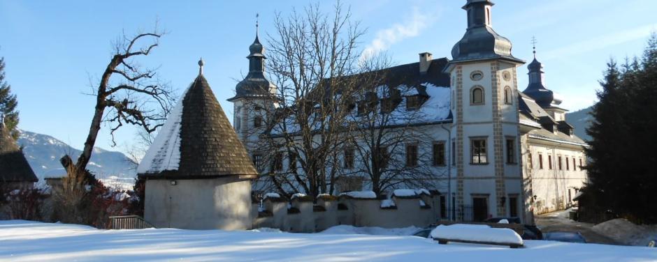 Aussenansicht mit Turm im Winter vom JUFA Hotel Schloss Röthelstein. Der Ort für märchenhafte Hochzeiten und erfolgreiche und kreative Seminare.