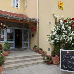 Aussenansicht vom Eingangsbereich im Sommer des JUFA Hotel Seckau. Der Ort für erholsamen Familienurlaub und einen unvergesslichen Winter- und Wanderurlaub.