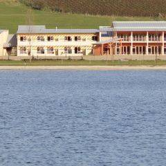 Aussenansicht mit See im Sommer vom JUFA Hotel Stubenbergsee. Der Ort für tollen Sommerurlaub an schönen Seen für die ganze Familie.