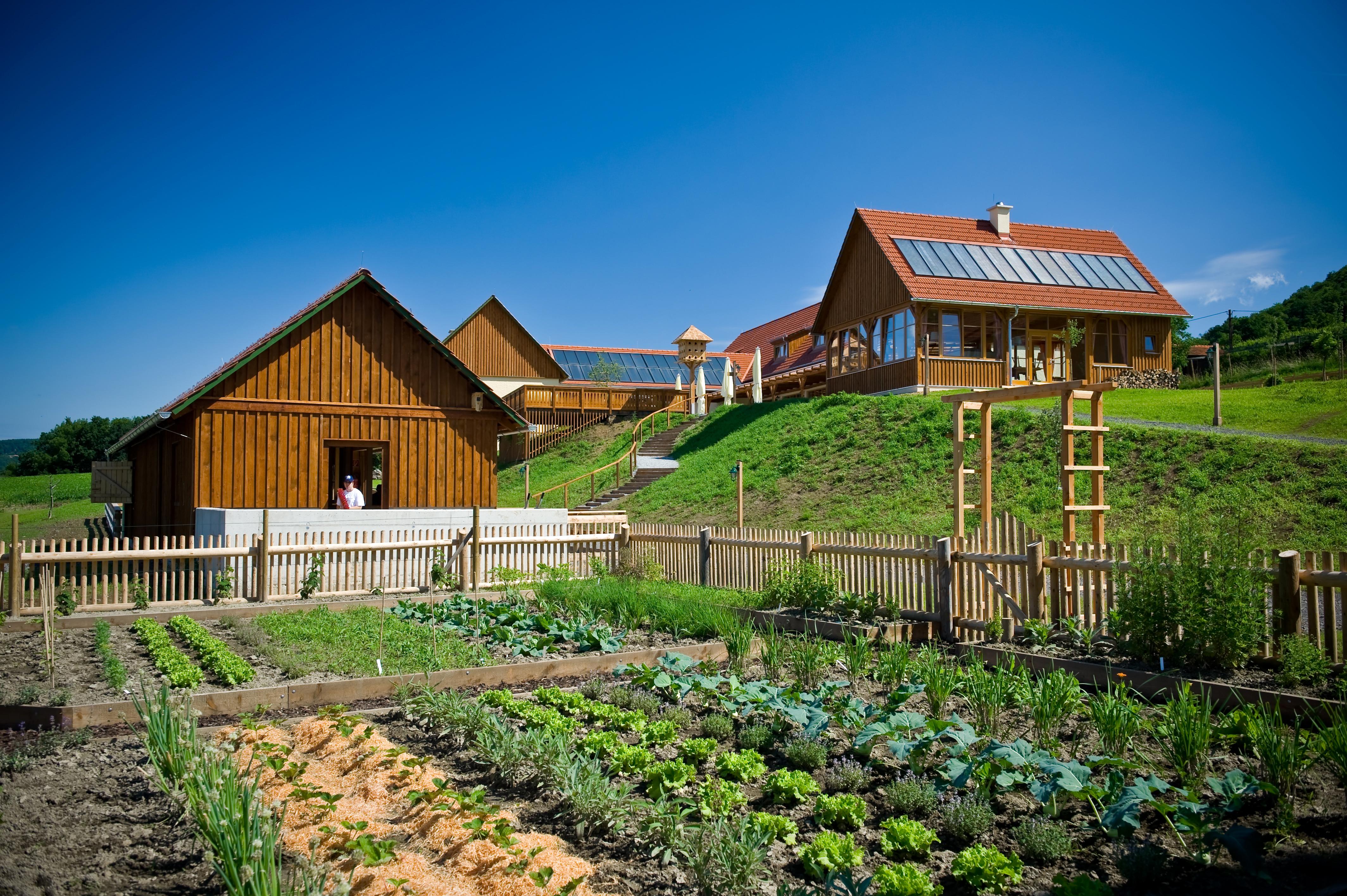 Aussenansicht mit Gemüsegarten vom JUFA Hotel Tieschen - Landerlebnis. Der Ort für erlebnisreichen Natururlaub für die ganze Familie.