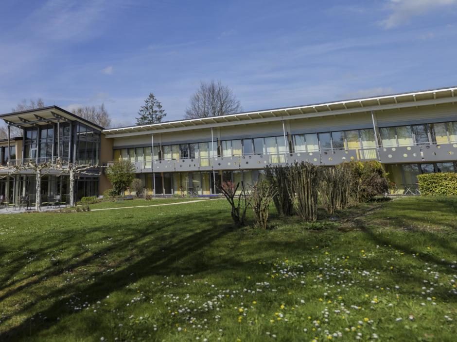 Aussenansicht mit Garten im Sommer vom JUFA Hotel Wangen Sport-Resort. Der Ort für erfolgreiches Training in ungezwungener Atmosphäre für Vereine und Teams.