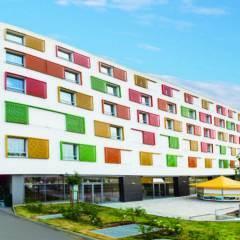Aussenansicht im Sommer vom JUFA Hotel Wien City. Der Ort für erlebnisreichen Städtetrip für die ganze Familie und der ideale Platz für Ihr Seminar.