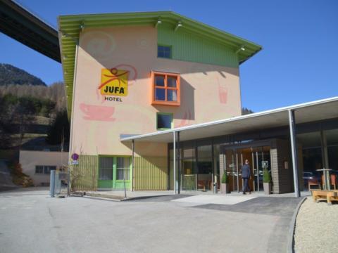 Aussenansicht vom JUFA Hotel Wipptal. Der Ort für erholsamen Familienurlaub und einen unvergesslichen Winter- und Wanderurlaub.
