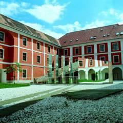 Aussenansicht mit Innenhof im Sommer vom JUFA Judenburg Hotel zum Sternenturm. Der Ort für erfolgreiche und kreative Seminare in abwechslungsreichen Regionen.