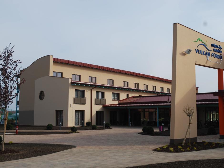 Aussenansicht mit Eingang im Sommer vom JUFA Vulkan Thermen-Resort. Der Ort für erholsamen Thermen- und entspannten Wellnessurlaub für die ganze Familie.