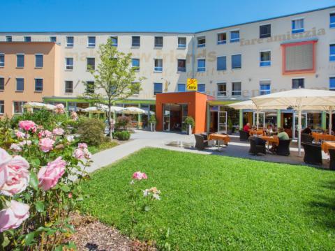 Terrasse mit Sonnenschirmen im JUFA Hotel Salzburg City. Der Ort für erlebnisreichen Städtetrip für die ganze Familie und der ideale Platz für Ihr Seminar.