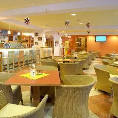 Hotelbar und Cafe im JUFA Hotel Kaprun. Der Ort für erholsamen Familienurlaub und einen unvergesslichen Winter- und Wanderurlaub.