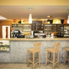 Hotelbar und Cafe im JUFA Hotel Salzburg City. Der Ort für erlebnisreichen Städtetrip für die ganze Familie und der ideale Platz für Ihr Seminar.