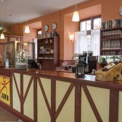 Hotelbar und Rezeption im JUFA Hotel Meersburg. Der Ort für tollen Sommerurlaub an schönen Seen für die ganze Familie.