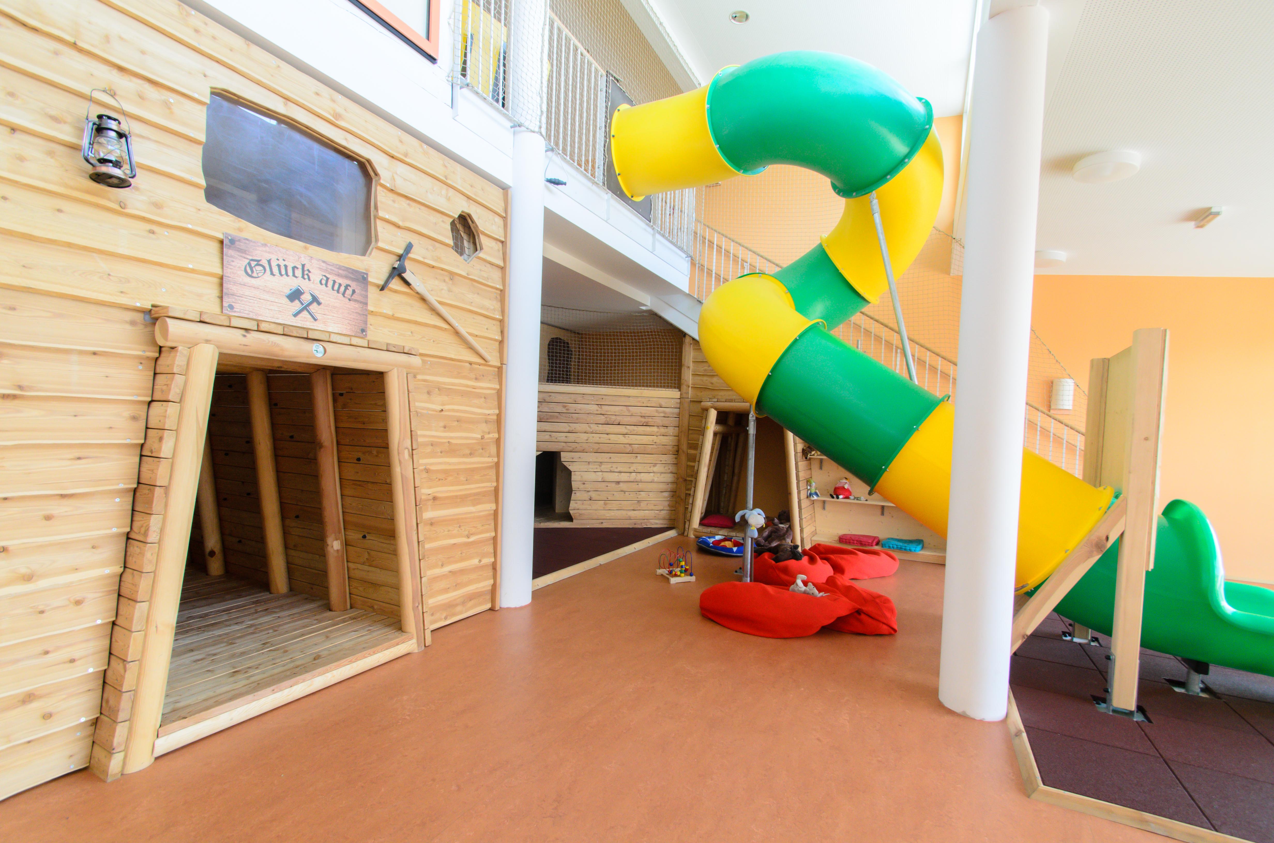 Indoorspielbereich mit großer Rutsche im JUFA Hotel Knappenberg. Der Ort für erholsamen Familienurlaub und einen unvergesslichen Winter- und Wanderurlaub.