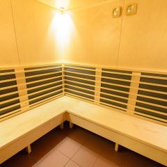 Innenansicht der Infrarotkabine im Wellnessbereich im JUFA Hotel Lungau. Der Ort für erholsamen Familienurlaub und einen unvergesslichen Winter- und Wanderurlaub.