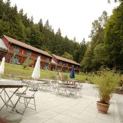 Innenhof mit Sonnenterrasse im Sommer im JUFA Natur-Hotel Bruck. Der Ort für erfolgreiche und kreative Seminare in abwechslungsreichen Regionen.