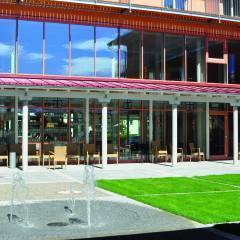 Innenhof mit Terrase vom JUFA Kempten Familien-Resort mit Fontäne. Der Ort für kinderfreundlichen und erlebnisreichen Urlaub für die ganze Familie.