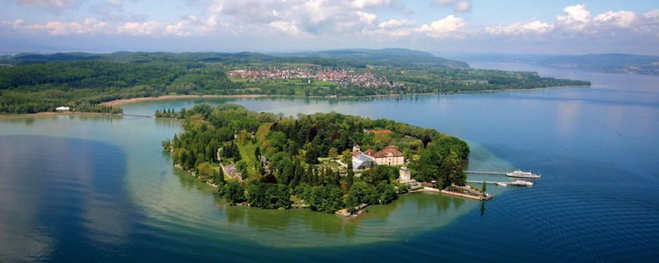 Vogelperspektive von der Insel Mainau am Bodensee mit Landschaft im Sommer in Deutschland. JUFA Hotels bietet Ihnen den Ort für erlebnisreichen Natururlaub für die ganze Familie.