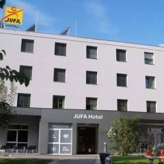 Hotelansicht vom JUFA Hotel Graz mit Eingangsbereich der Ort für Ihren erlebnisreichen Städtetrip für die ganze Familie und den idealen Platz für Ihr Semina