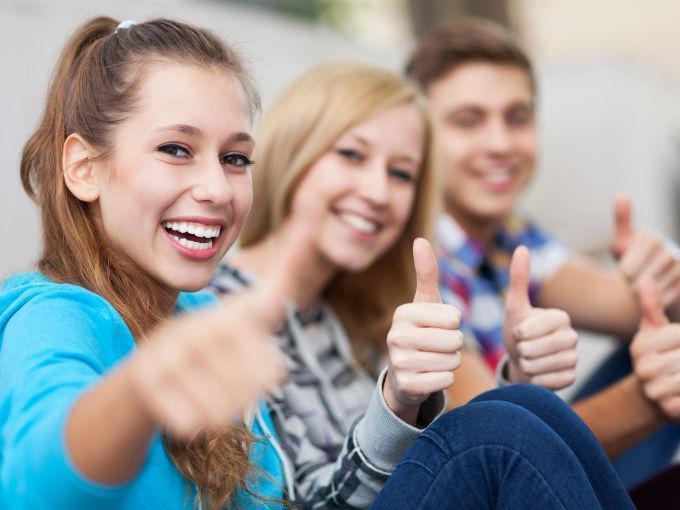 Teens halten ihre Daumen hoch für eine erfolgreiche Ausbildung. JUFA Hotels bietet den Ort für erfolgreiche und kreative Seminare in abwechslungsreichen Regionen.