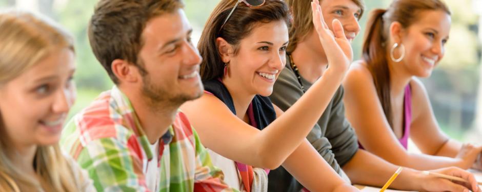 Jugendliche sitzen im Seminarraum und lernen. JUFA Hotels bietet den Ort für erfolgreiche und kreative Seminare in abwechslungsreichen Regionen.
