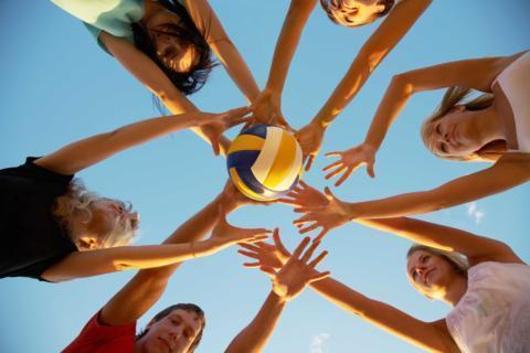 Jugendliche spielen Volleyball im Sommer im Freien. JUFA Hotels bietet Ihnen den Ort für erfolgreiches Training in ungezwungener Atmosphäre für Vereine und Teams.