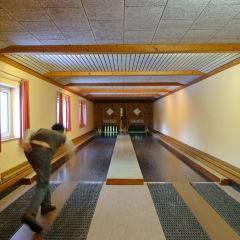 Erwachsener auf der Kegelbahn im JUFA Hotel Mariazell Sigmundsberg. Der Ort für erholsamen Familienurlaub und einen unvergesslichen Winter- und Wanderurlaub.