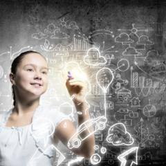 Kind malt Symbole auf eine Glasscheibe. JUFA Hotels bietet den Ort für erfolgreiche und kreative Seminare in abwechslungsreichen Regionen.