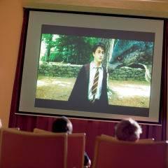 Kinder schauen Film im Kino im JUFA Hotel Maria Lankowitz. Der Ort für tollen Sommerurlaub an schönen Seen für die ganze Familie.