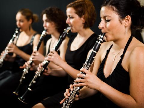 Frauen spielen an der Klarinette. JUFA Hotels bietet den idealen Platz zum Musizieren und Singen in der Gemeinschaft in abwechslungsreichen Regionen.